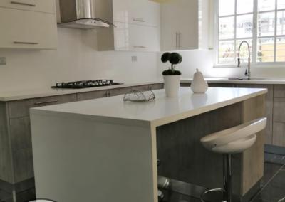 cocina combinada blanco y gris
