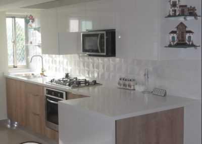 cocina roble y blanco